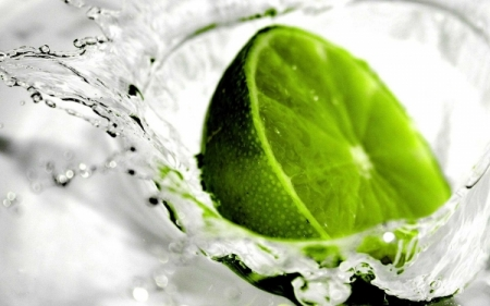 green-lemon-water-210727